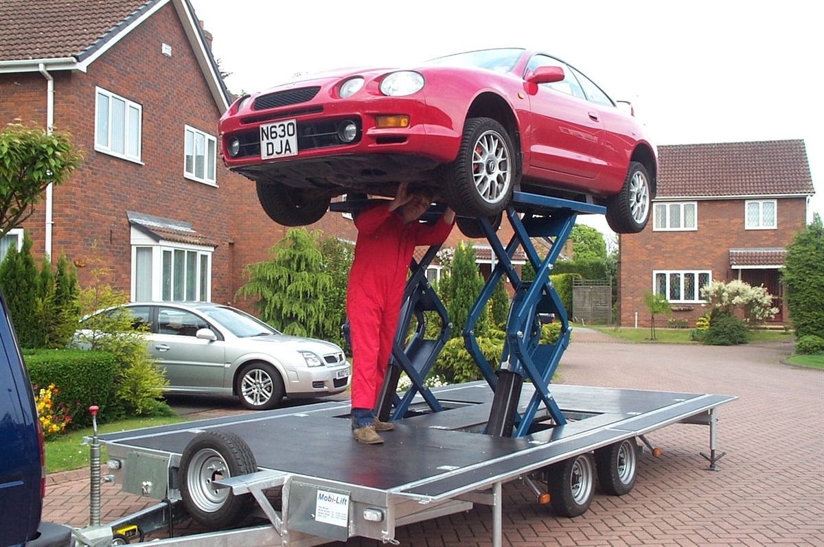 Hydraulic Lift Trailers Sales : Trailer lift enables on site servicing and repairs to